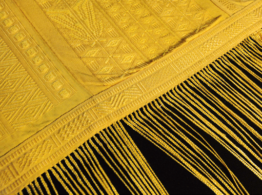 World's largest shawl woven from spider silk